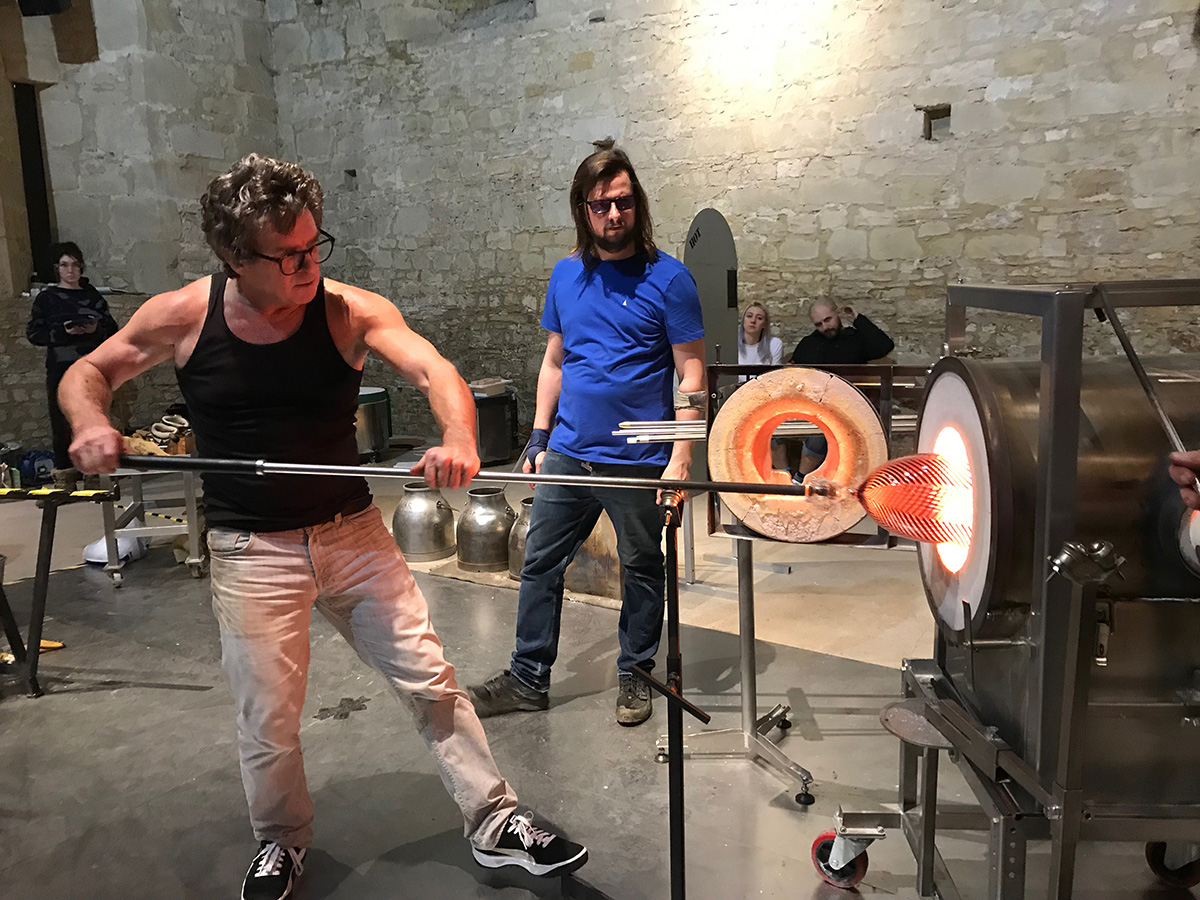 Dante Marioni assisted by James Devereux demonstrating glassblowing